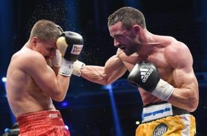 epa05428710 Italian boxer Giovanni De Carolis (R) fights against German boxer Tyron Zeuge (L) at the Max-Schmeling-Halle in Berlin, Germany, 17 July 2016. Carolis won the fight against Zeuge. EPA/SOEREN STACHE